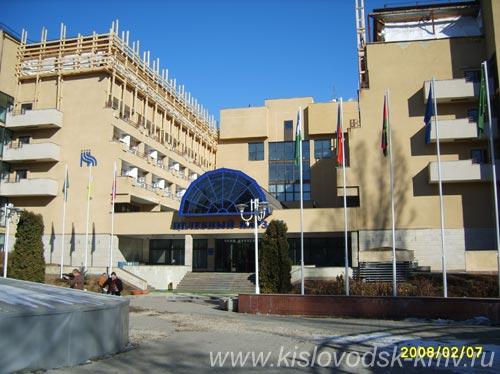 Фасад Санатория Целебный нарзан в Кисловодске